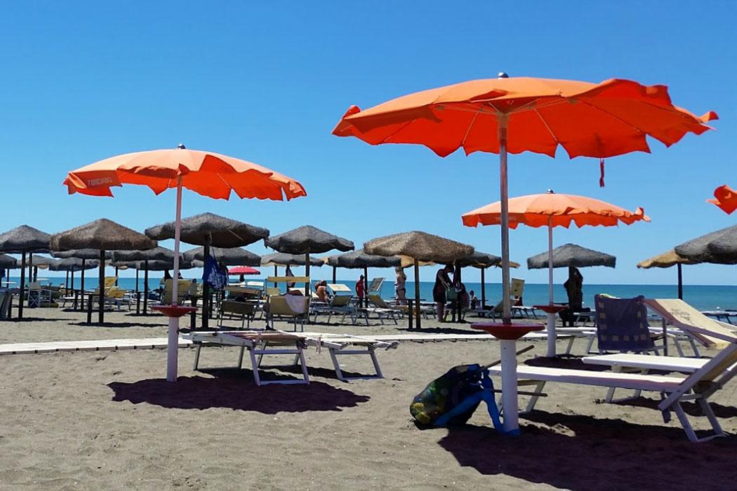 Latium: Die 5 schönsten Strände bei Tarquinia - tarquinia, lido di tarquinia, Tibidabo-Beach - Im Strand Tibidabo-Beach in Lido di Tarquinia werden Reiseträume von Sonne, Strand und Dolce Vita wahr.