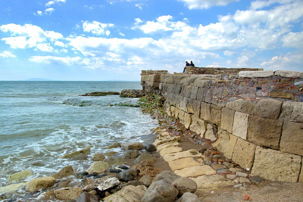 tarquinia_porto clementino_ol - Die mittelalterlichen Molen von Porto Clementino, stehen auf Fundamenten aus etruskischer Zeit.