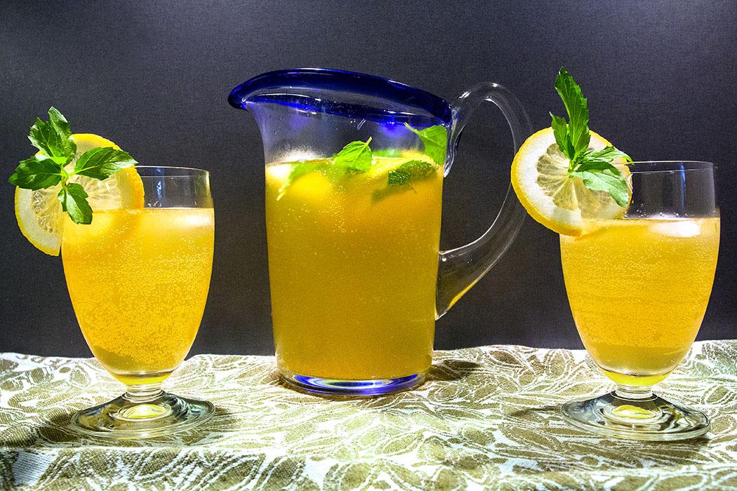 reise-zikaden.de, Orangen-Zitronen-Limonade zum Selbermachen - Orangen-Zitronen-Limonade wird durch die Zugabe von Minze im Sirup besonders aromatisch. Außerdem ist das Getränk gesund, da deutlich weniger Zucker verwendet wird.