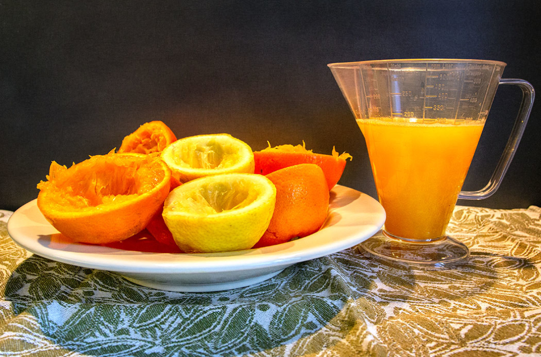 Orangen und Zitronen auspressen. Die Menge Saft sollte 300 ml ergeben.