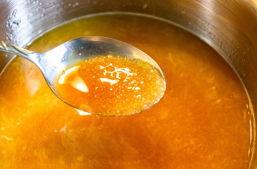 Etwa drei Minuten bei schwacher Hitze köcheln lassen bis sich der Zucker aufgelöst hat.