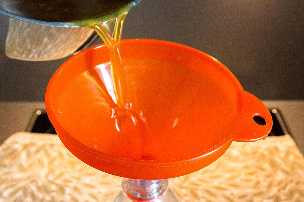 Durch einen Trichter in eine Flasche mit Schraub- oder Bügelverschluss gießen.