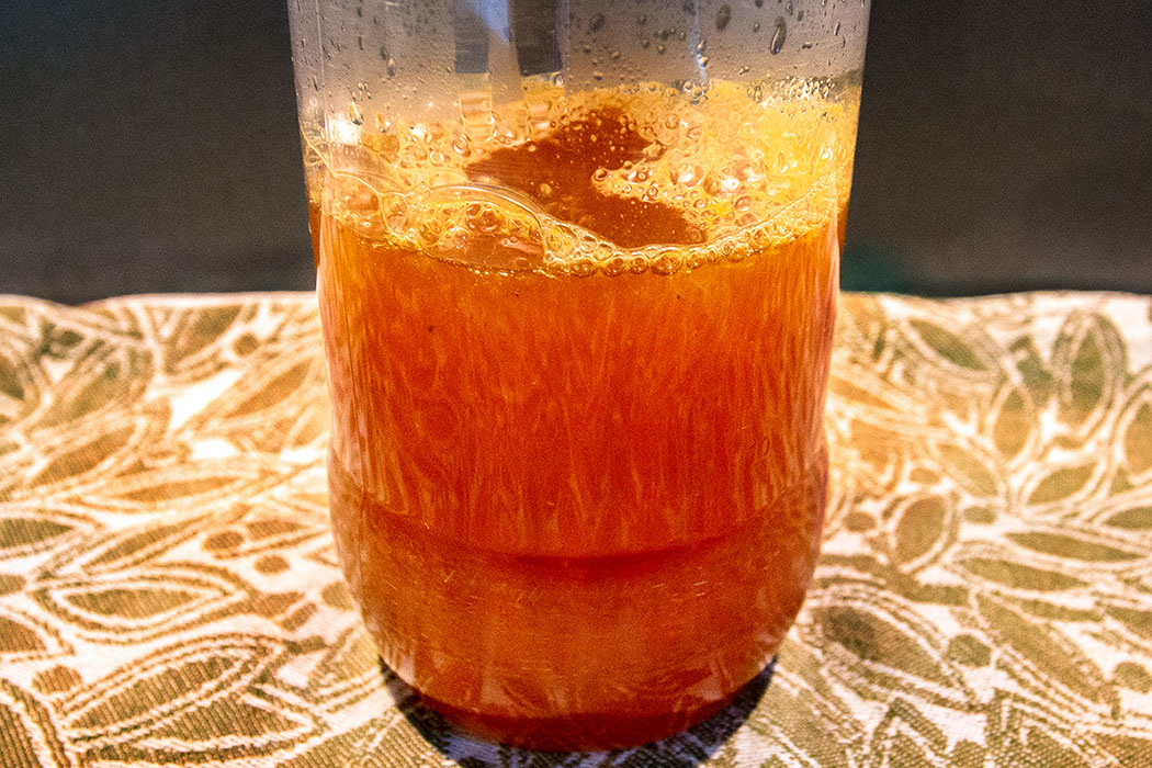 Fertigen Limonaden-Sirup für etwa zwei Stunden in den Kühlschrank stellen.