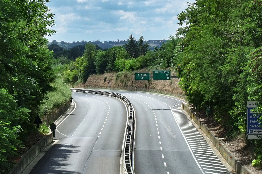 Italy, Raccordo autostradale 3, Colle Val d'Elsa - Die kostenfreie Schnellstraße Raccordo autostradale 3 (Firenze - Siena) kurz vor der Ausfahrt Colle Val d'Elsa.
