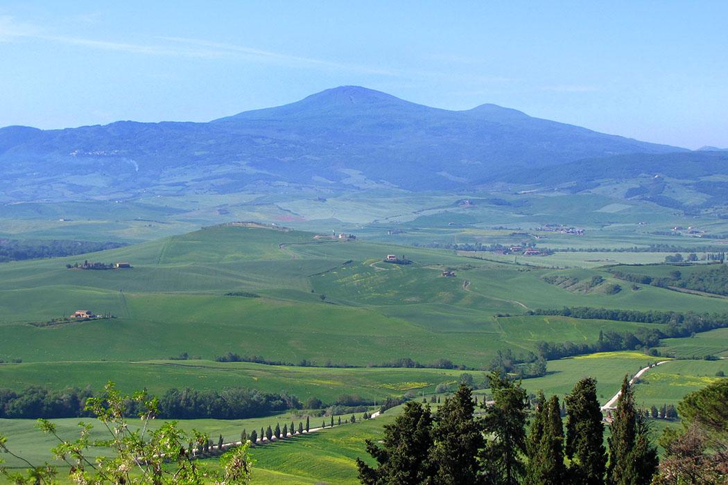 Monte Amiata, Um den Monte Amiata liegen mehrere sehenswerte Bergdörfer inmitten von Kastanienwäldern die meist auf sechs- bis achthundert Meter Höhe liegen. Foto: Wikipedia, Oleg Krivolapov