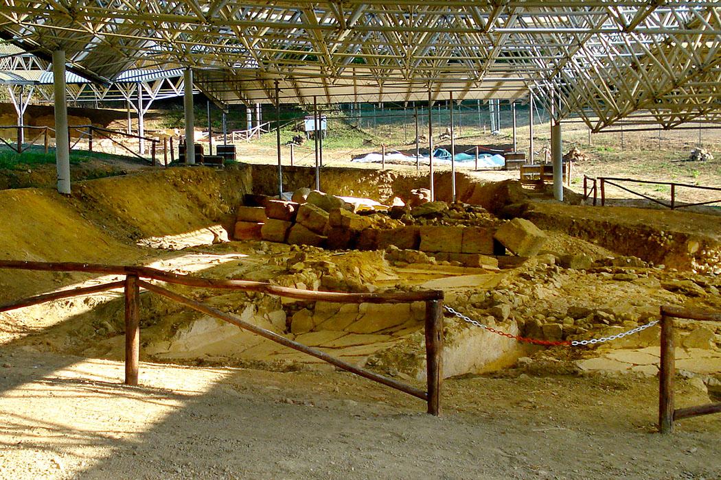 """Termale_Etrusco_di_Sasso_Pisano_Edatoscana - Die Ausgrabungen der antiken Thermen """"Terme del Bagnone"""" aus etruskischer Zeit lieben etwas im versteckt im Wald bei Sasso Pisano. Foto: Wikipedia, Edatoscana"""