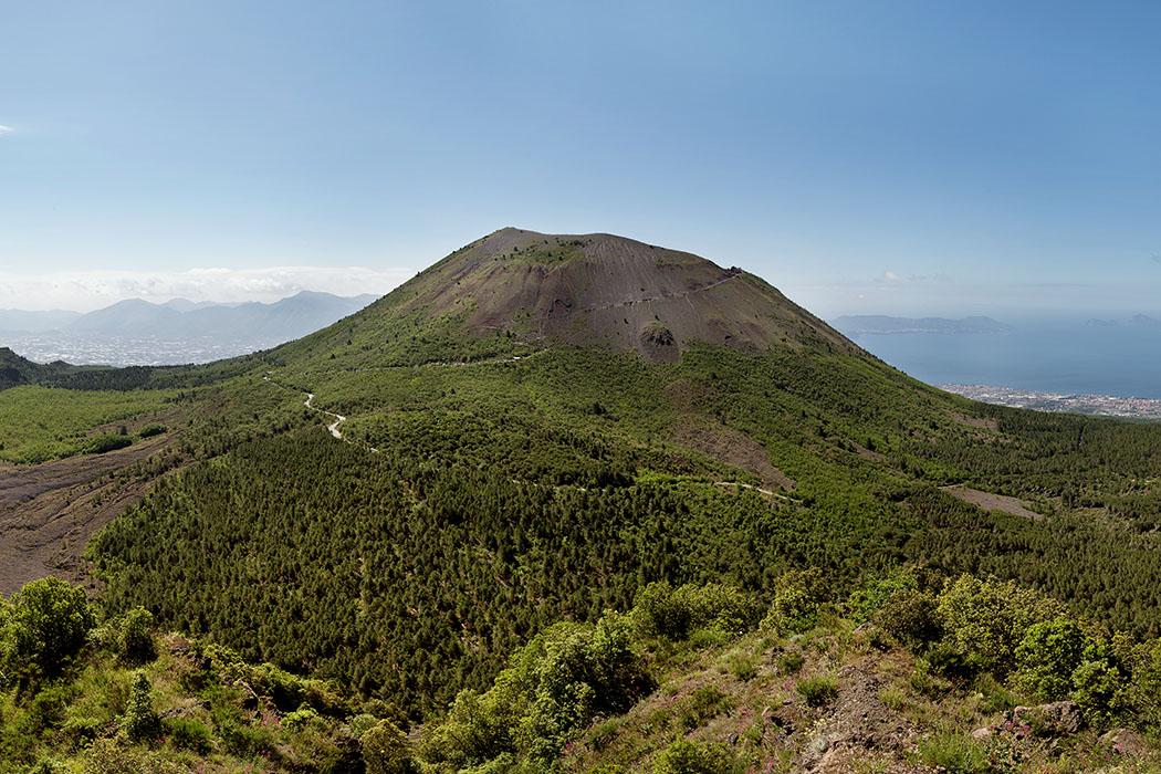 Vesuv_from_Monte_Somma, Ekrem Canli - Der Vesuv (1.281 Meter) am Golf von Neapel, gesehen vom Nachbargipfel Monte Somma. Der Vesuv liegt über einer vulkanisch aktiven Zone, zwischen zwei Kontinentalplatten. Er ist Teil des Vulkangürtels, der sich vom Monte Amiata bis zum Monte Vulture erstreckt. Foto: Wikipedia, Ekrem Canli