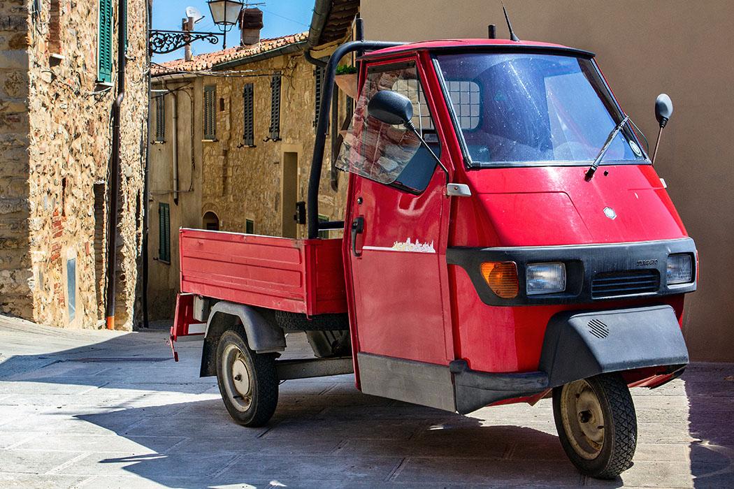 Durch die schmalen Gassen von Castelnuovo passen nur noch die knuffigen APE (Dreirädrige Kleintransporter) hindurch.