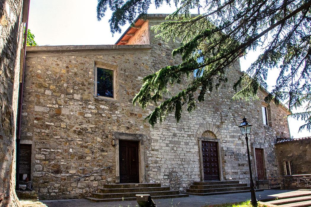 Die Kirche Santissimo Salvatore von Castelnuovo steht auf den Fundamenten der mittelalterlichen Burgmauern.