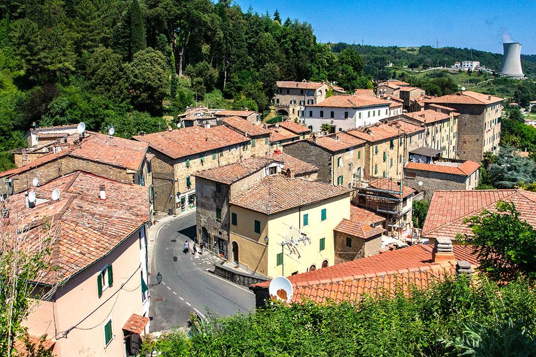 Blick vom Burghügel in Castelnuovo auf die Via Repubblica, im Hintergrund die Kühlturme der geothermischen Erdwärme-Kraftwerke von ENEL.