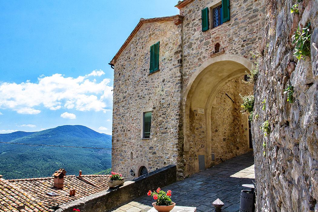 reise-zikaden.de, italy, tuscany, castelnuovo di val di cecina, porta nuova - Die Porta Nuova führt in den jüngeren Teil von Castelnuovo di Val di Cecina und war ebenfalls mit einer teilweise erhaltenen Stadtmauer umfasst.