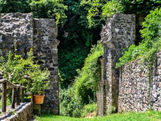 Die Porta Romana ist das südlichste der mittelalterlichen Stadttore von Castelnuovo. Der Weg führt durch Eichenwald ins Valle di Pavone hinab.