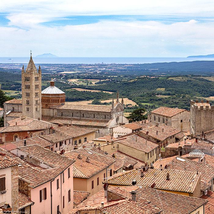 reise-zikaden.de, italy, tuscany, massa marittima, duoma, panorama - Panoramablick über Massa Marittima mit dem Dom San Cerbone. Auf dem Meer sind die Insel Montecristo (links) und Elba sichtbar.