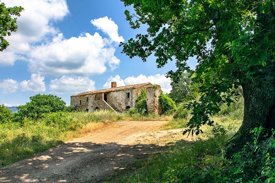 """reise-zikaden.de, italy, tuscany, pisa, sasso pisano, Podere il Bagno - Wer die Bauernhof-Ruine """"Podere il Bagno"""" erreicht hat ist von den archäologischen Ausgrabungen """"Complesso Sacro Termale Etrusco e Romano"""" nur noch wenige hundert Meter entfernt."""