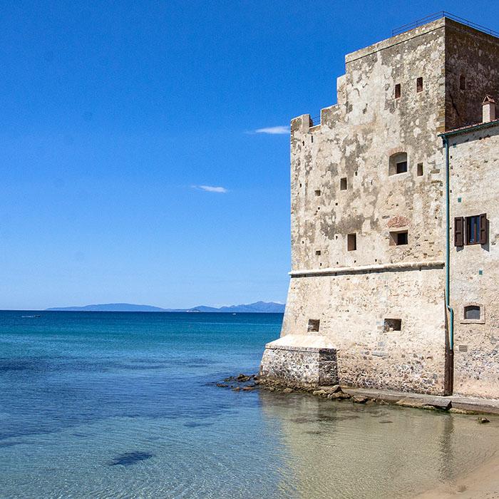 reise-zikaden.de, italy, tuskany, piombino, torre mozza, elba, beach, spiaggia - Vom Sandstrand Torre Mozza, in der weiten Bucht südlich von Piombino, ist die Insel Elba sichtbar.