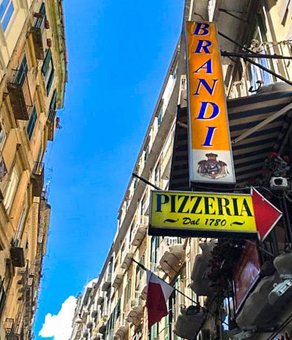 Antica Pizzeria Brandi-1 -In der Pizzeria Antica Pizzeria Brandi in Neapel wurde die Pizza Magherita 1889 vom Tafelmeister der italienischen Königin Magherita ausgezeichnet.
