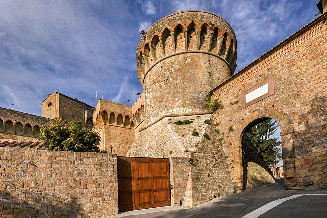 Volterra_Porta_a_Selci_ - Die Porta a Selci liegt unter einem mächtigen Rundturm der mittelalterlichen Festung. Das Stadttor markiert das östliche Ende des antiken Decumanus, der Ost-West-Verbindungsachse des etruskischen Velathri.