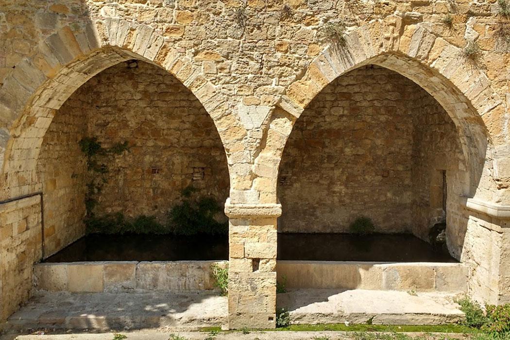 fonte san felice_volterra 01_ol - Zwischen den beiden gotischen Steinbögen der Fonte San Felice zeigt eine Inschrift 1319 als das Jahr ihrer Errichtung an.