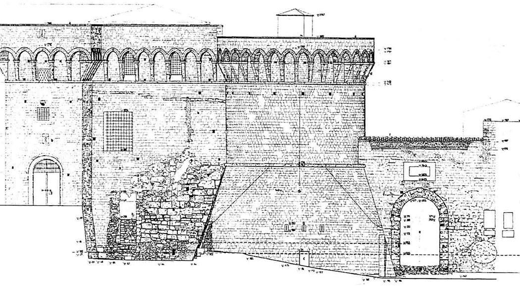 porta a selci, volterra_grafik_01 - Die Zeichnung zeigt den Querschnitt des Rundturms der Fortezza und der Porta a Selci. Im linken Mauerbereich sind deutlich die Reste von etruskischen Mauerwerk und den Pfeilern der Porta Solis erkennbar. Zeichnung: M. Massimini, Quaderno del Laboratorio Univeristario Volterra