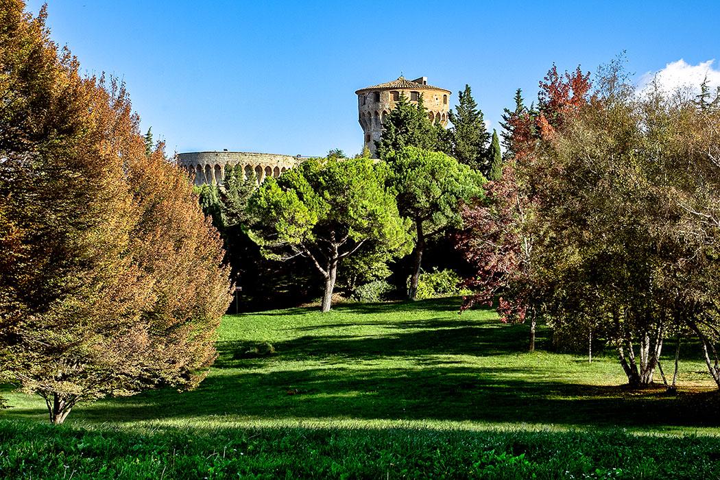 """reise-zikaden.de, Italy, Tuscany, Volterra, Fortezza Medicea, parco Enrico Fiumi - Im Areal des Stadtparks """"Parco Enrico Fiumi"""" von Volterra befand sich der archaische Siedlungskern der etruskischen Stadt Velathri mit dem ersten Mauerring. Im Mittelalter war das Gebiet dicht besiedelt, hier stand z. B. der ehrwürdige Bischofspalast. Im Krieg mit Florenz wurde alles zerstört und die Fortezza Medicea erbaut."""