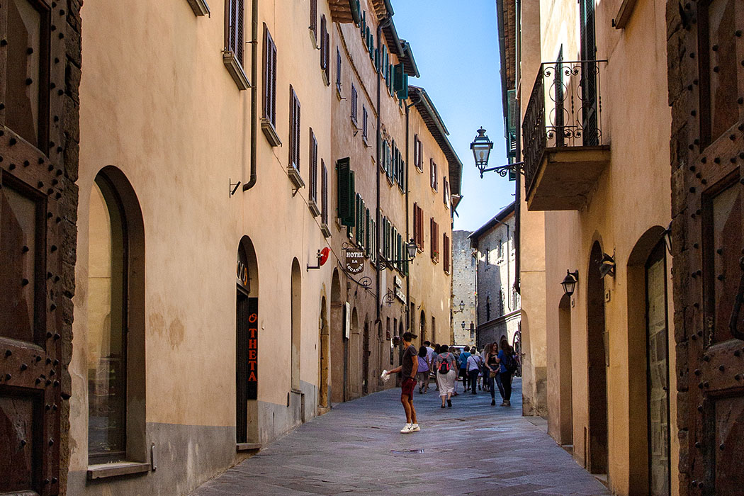 """reise-zikaden.de, Italy, Tuscany, Volterra, Porta Fiorentina, Via Guarnacci - Der Blick durch die Porta Fiorentina von Volterra zeigt den identischen Straßenverlauf der antiken Hauptverkehrsader """"Cardo Maximus"""" mit der heutigen die Via Guarnacci."""