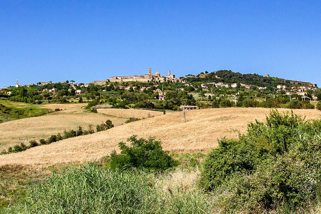 Toskana: Volterra - 14 Sehenswürdigkeiten aus der Zeit der Etrusker - reise-zikaden.de, Italy, Tuscany, Volterra, SR 68 Saline, City Panorama - Volterra, das etruskische Velathri, ist eine eine unglaubliche Stadt: Auf den ersten Blick düster auf ihrem steilen Hügel, am Ende großartig und voller Geschichte. Dass es dort Interessantes zu entdecken gibt ist lange bekannt. Insgesamt können über ein Dutzend Kulturdenkmäler der Etrusker bestaunt werden.