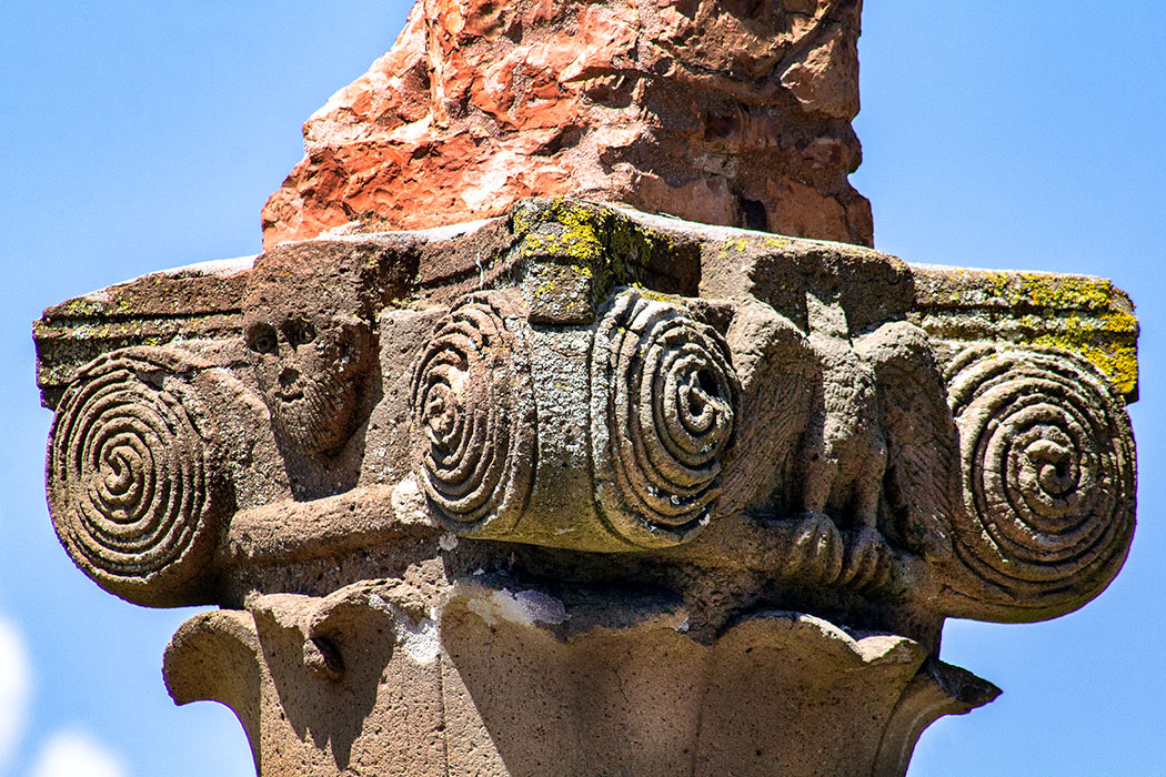 San Giusto Nuovo: Das Kapitell unter der Terrakottastatue von San Linus stammt vermutlich sogar aus langobardischer Zeit.