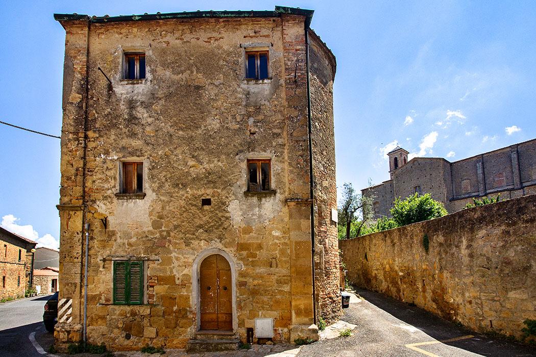 reise-zikaden.de, Italy, Tuscany, Volterra, San Giusto Nuovo, Borgo San Giusto - Im malerischen Borgo San Giusto stehen viele mittelalterlichen Wohnhäuser inzwischen leer. Auf dem Hügel von Prato Marzio steht die Kirche San Giusto Nuovo.