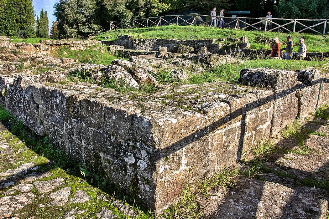 Volterra: Die etruskische Akropolis - Tempelruinen und Zisternen - reise-zikaden.de, Italy, Tuscany, Volterra, etruscan acrpolis - Das Foto zeigt die Fundamente des etruskischen Tempel A auf der Akropolis von Volterra. Auch der gepflasterte Weg stammt aus dieser Epoche.