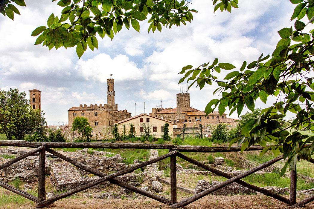 Volterra: Die etruskische Akropolis - Tempelruinen und Zisternen