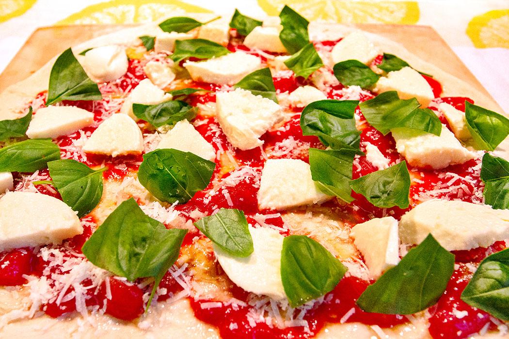 Pizza Margherita: Den Klassiker aus Italien selber machen - reise-zikaden.de, Pizza Margherita Der Klassiker aus Italien, Rezept - Pizza Margherita ist vor dem Backen eine Augenweide. fertig gebacken ein wahrer Gaumenschmaus
