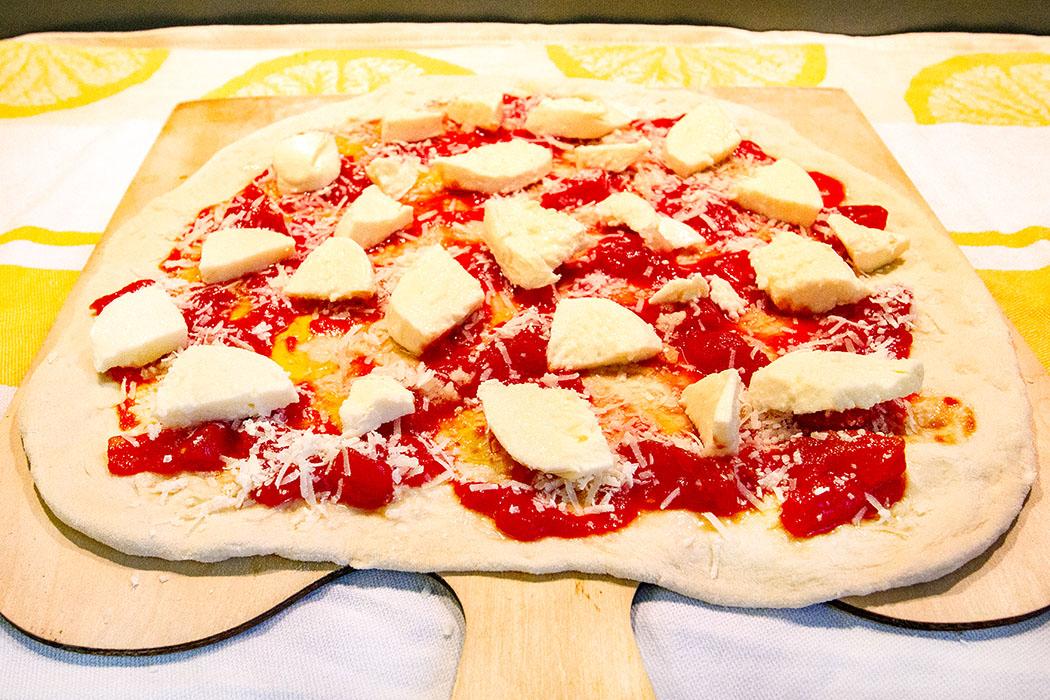 Pizza Margherita: Den Klassiker aus Italien selber machen - reise-zikaden.de, Pizza Margherita Der Klassiker aus Italien, Rezept - Pizza Margherita: Den flachgedrückten Teig sicher die Holzschaufel zu balancieren ist die einzige Herausforderung.