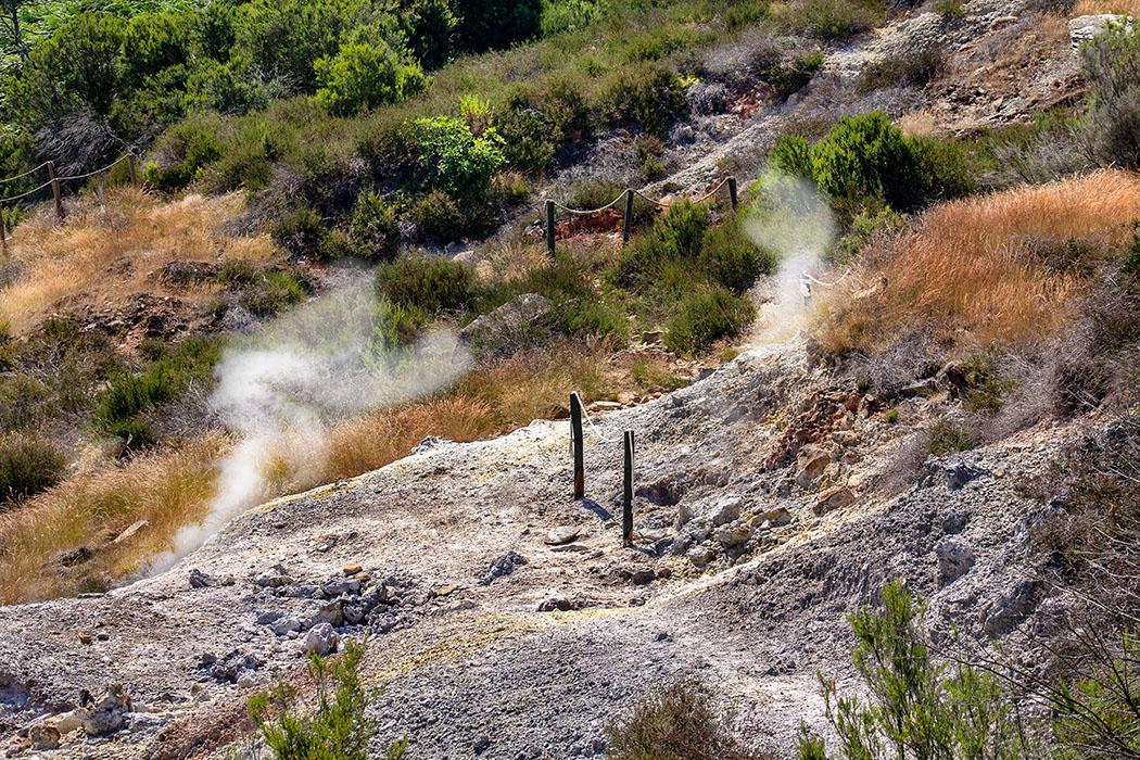 """reise-zikaden.de, italy, tuscany, pisa, colline metallifere, sasso pisano, Parco delle Fumarole, fumarole, path - Die vielen Fumarolen sind ein Zeichen, dass der Vulkanismus in den Colline Metallifere nur ruht, aber nicht erloschen ist. Das Bild zeigt wie nahe Besucher im """"Parco delle Fumarole"""" an die vulkanischen Echeinungen kommen."""
