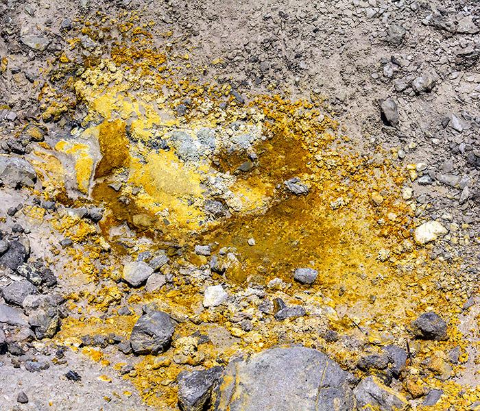 reise-zikaden.de, italy, tuscany, pisa, colline metallifere, sasso pisano, Parco delle Fumarole, schwefel - Fumarolen, deren Dampf reich an Schwefel ist, werdenSolfataren genannt und sind an ihren gelben Ablagerungen erkennbat. Der gasförmige Schwefelwasserstoff stinkt intensiv nach faulen Eiern.
