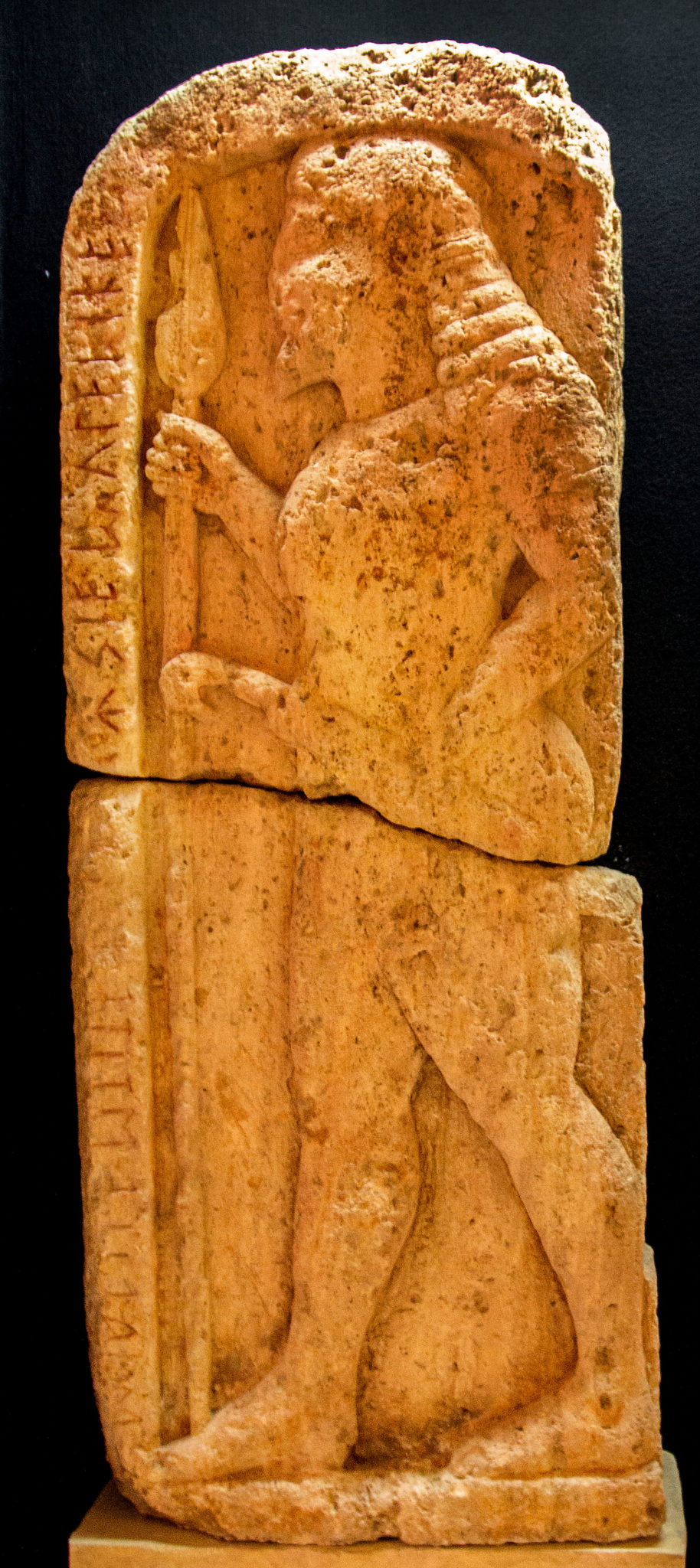reise-zikaden.de, italy, tuscany, volterra, museum guarnacci, Stele Avile Tite - Diese Stele aus Kalkstein zeigt den etruskischen Krieger Avile Tite, trägt eine Inschrift und wurde in der Portone-Nekropole gefunden. Heute kann sie im Museo Etrusco Guarnacci bestaunt werden. Datierung: 550 v. Chr.