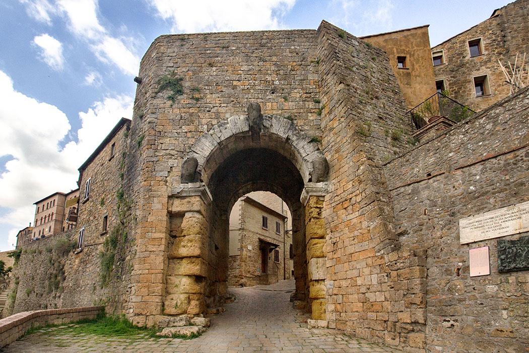 Toskana: Volterra – 14 Sehenswürdigkeiten aus der Zeit der Etrusker - reise-zikaden.de, italy, tuscany, volterra, porta al'arco, etruscan gate - Toskana: Wahrzeichen von Volterra ist die Porta all'Arco, das älteste erhaltene etruskische Stadttor Italiens. Sie war einst der Hauptzugang von Süden in die Stadt, die zur Zeit der Etrusker Velathri hieß.