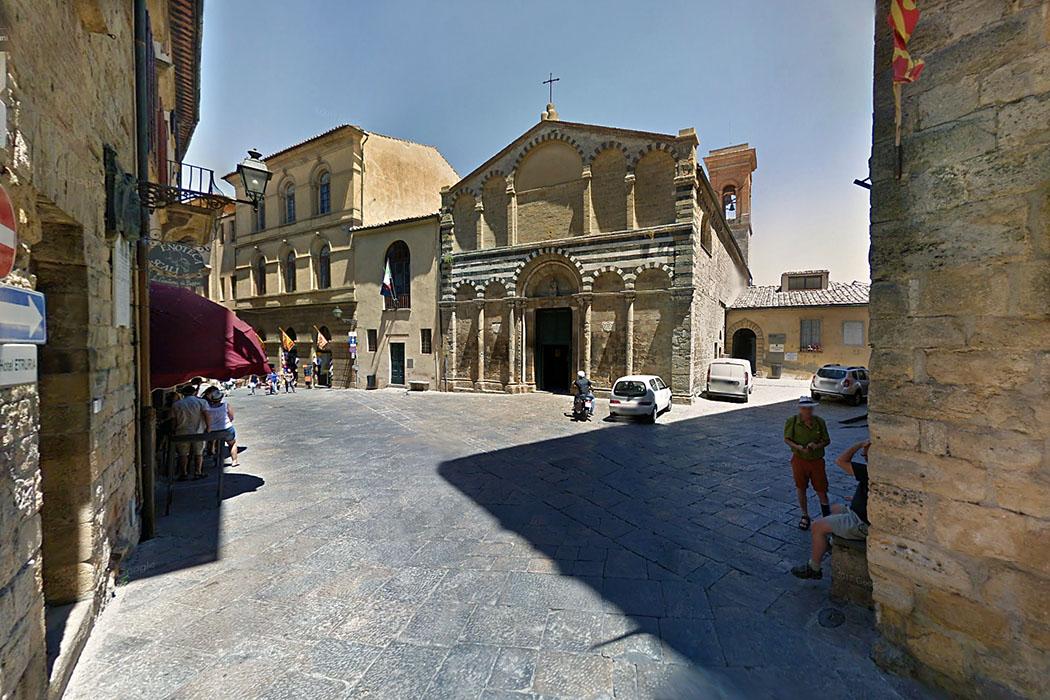volterra_san_michele_ancient_roman_forum - Ob die Besucher an der Piazzetta S. Michele wissen, dass sie am antiken Forum eine Pause einlegen? Der Platz mit der Kirche San Michele liegt bis heute am antiken Cardo Maximus, der Nord-Süd-Verbindung durch die Stadt.