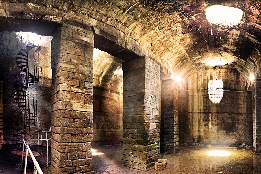 volterra_cisterna romana_oljpg - Die riesige Zisterne auf der Akropolis von Volterra wurde unter der Herrschaft der Römer erbaut. Der tonnengewölbte Wasserspeicher aus dem 1. Jhd. v. Chr. versorgte das Zentrum der antiken Stadt mit Wasser, da dort keine Quellen existieren.