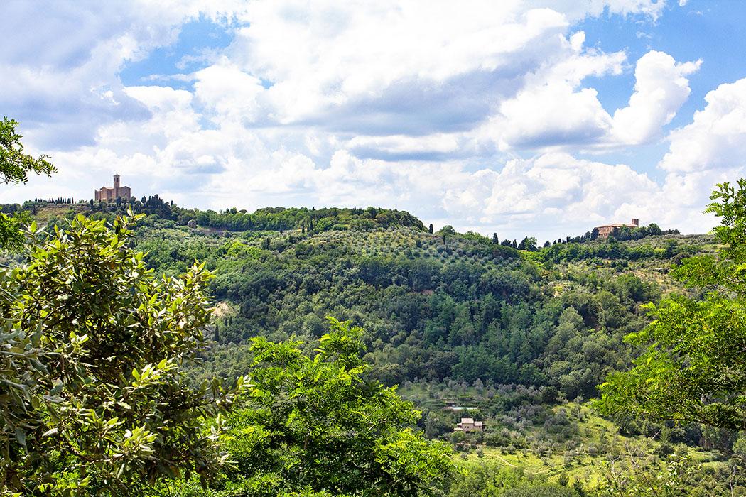 Volterra: Kammergräber in der etruskischen Nekropole von Portone - reise-zikaden.de, italy, tuscany, volterra, portone marmini nekropole, san giusto, badia camaldulense - Von der etruskischen Nekropole Portone, bei der Villa Marmini, in Volterra bietet sich ein Panorama zur Kirche San Giusto Nuovo (links) und zur verlassenen Abtei Badia Camaldulense.