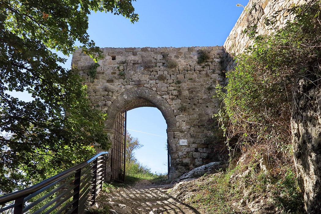 Toskana: Wanderung zur Ruine Rocca di Pietracassia im Val d'Era - Rocca_di_Pietracassia_2 - Das Burgtor der Rocca_di_Pietracassia bei Lajatico. Zwischen 2010 und 2014 wurden die gesamte Festung umfangreich restauriert. Foto: Wikipedia, Mongolo1984