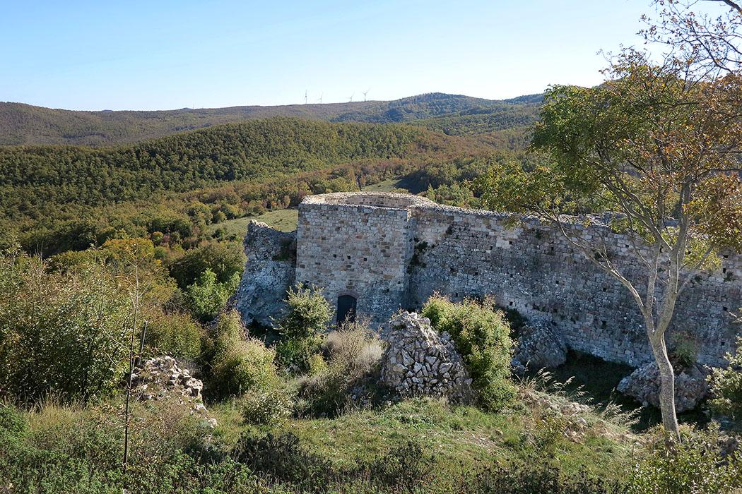 "Toskana: Wanderung zur Ruine Rocca di Pietracassia im Val d'Era - Rocca_di_Pietracassia_ol - Die Außenburg der Rocca di Pietracassia wird vom siebeneckigen Turm ""Torre Eptagonale"" dominiert."