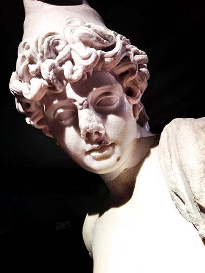 Statua di Attis, il giovane amato dalla dea Cibele, Museo Archeologico Palazzo Bombardieri, Rosignano Marittimo - Die Statue des Attis, einem Jüngling aus der griechischen Mythologie, wurde in Vada Volaterrana gefunden. Foto: Chiara Balestrino