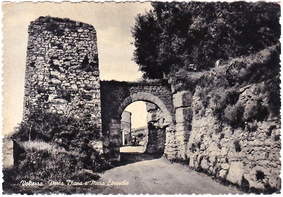 Volterra-Porta-Diana 1959, picclick.it - Das Postkartenmotiv zeigt eine Fotografie aus dem Jahr 1959 mit dem mittelalterlichen Torbogen aus dem 13. Jahrhundert. Dieser stürzte in den 1960er-Jahren ein. Foto: picclick.it