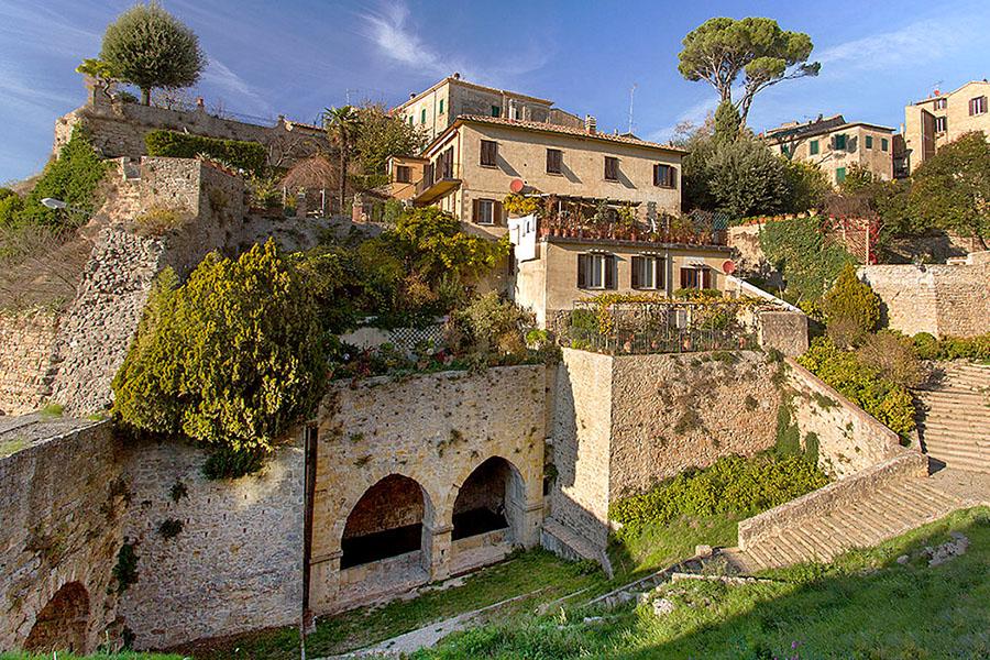 Vada Volaterrana, die antike Hafenstadt von Volterra - fonte san felice_volterra_panorama_ol - Volterra: Die mittelalterlichen Brunnenhäuser von San Felice liegen unterhalb der der Porta San Felice. Bei archäologischen Grabungen wurden Reste aus etruskischer Zeit entdeckt, die auf ein Quellheiligtum hinweisen.