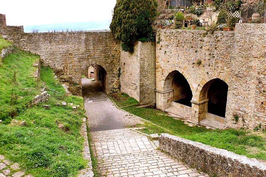 Volterra: Das etruskische Quellheiligtum an der Fonte San Felice - fonti san felice_ol - Interessant ist neben der Fonte San Felice ein mächtiger Torbogen. Er steht an der gleichen Stelle wie die antike Porta Inferiore di San Felice, dem einstigen Stadttor im Westen von Volterra.