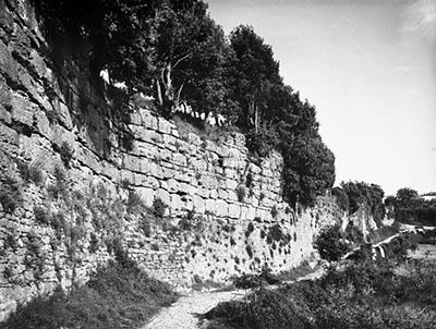 Volterra: Die etruskischen Stadtmauern von Santa Chiara - mura etrusche san chiara 1932-ol Die Fotografie aus dem Jahr 1932 zeigt den etruskischen Mauerverlauf bei Santa Chiara.
