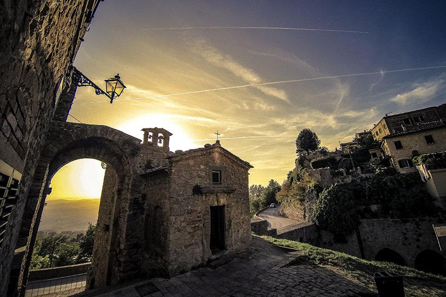 Volterra: Das etruskische Quellheiligtum an der Fonte San Felice - Porta - Abendstimmung in Volterra: Die Porta San Felice mit seinem Oratorium ist im weichen Abendlicht besonders schön und bietet einen weiten Panoramablick Richtung Süden. Foto: Wikipedia, Fabio Vanni