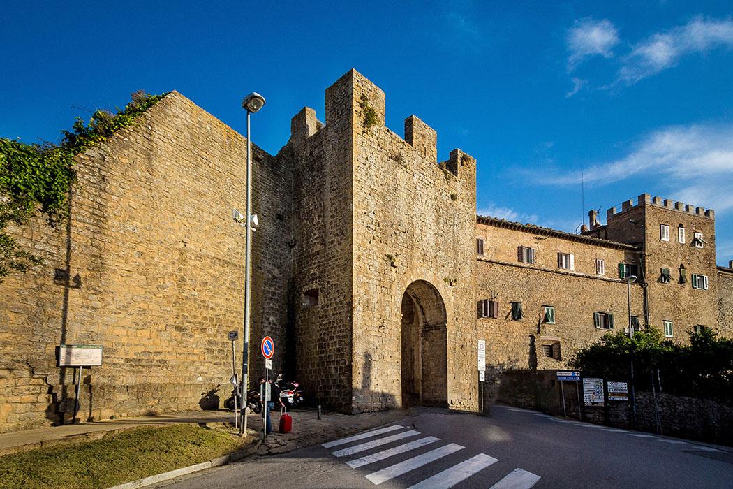 porta san francesco_volterra_01_ol - Die Porta San Francesco entstand im 13. Jahrhundert und ist das einzige Zugangstor von Volterra, dass in seinem Innenbogen noch Fresken besitzt. Foto: Wikipedia,Lido Vanni