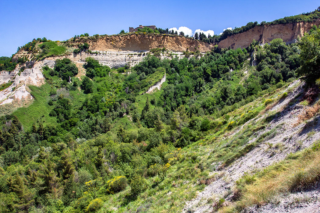 Volterra: Etruskische Stadtmauern an den Klippen der Balze - reise-zikaden.de, italy, tuscany, volterra, borgo san giusto, le balze, badia camaldulense