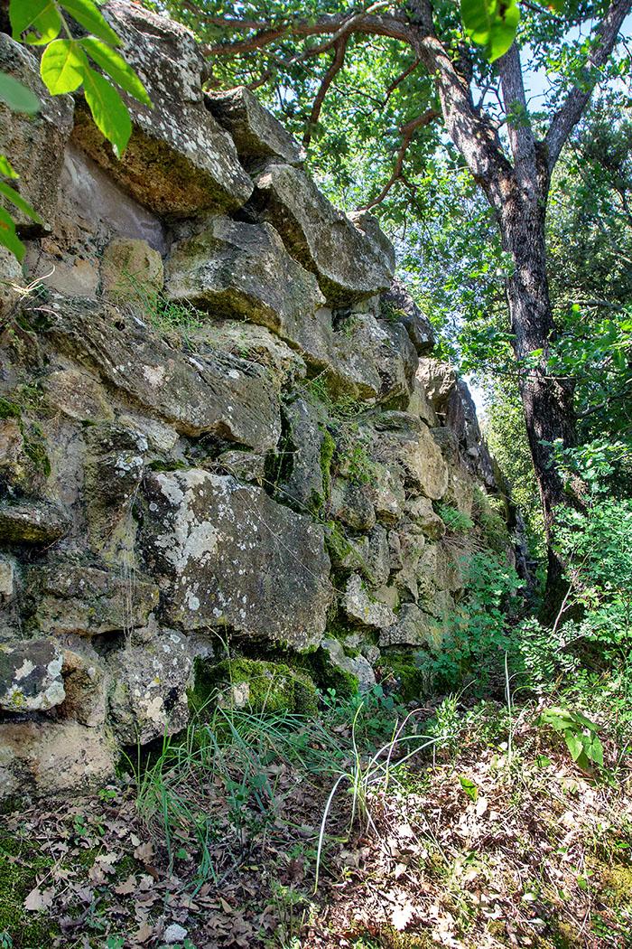 Volterra: Etruskische Stadtmauern an den Klippen der Balze - reise-zikaden.de, italy, tuscany, volterra, borgo san giusto, le balze, etuscan walls - Die Befestigungsmauern wurde aus viereckigen, als Läufer und Binder gesetzten, großen Quadern (Opus quadratum) erbaut. Teilweise sind die Felsblöcke bis zu drei Meter lang und einen Meter hoch.
